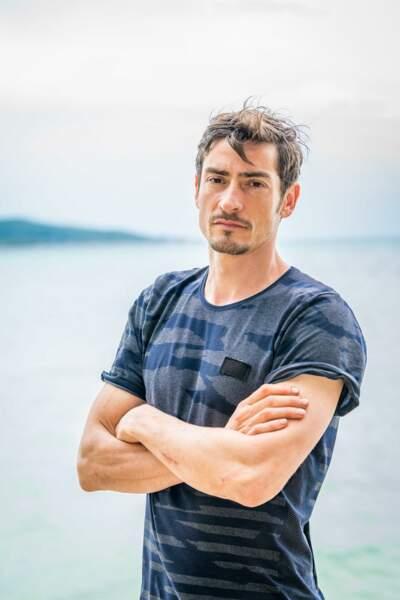 Claude Dartois, 41 ans Finaliste de Koh-Lanta : Vietnam (2010), de La Revanche des héros (2012), éliminé des poteaux dans L'île des héros (2020).