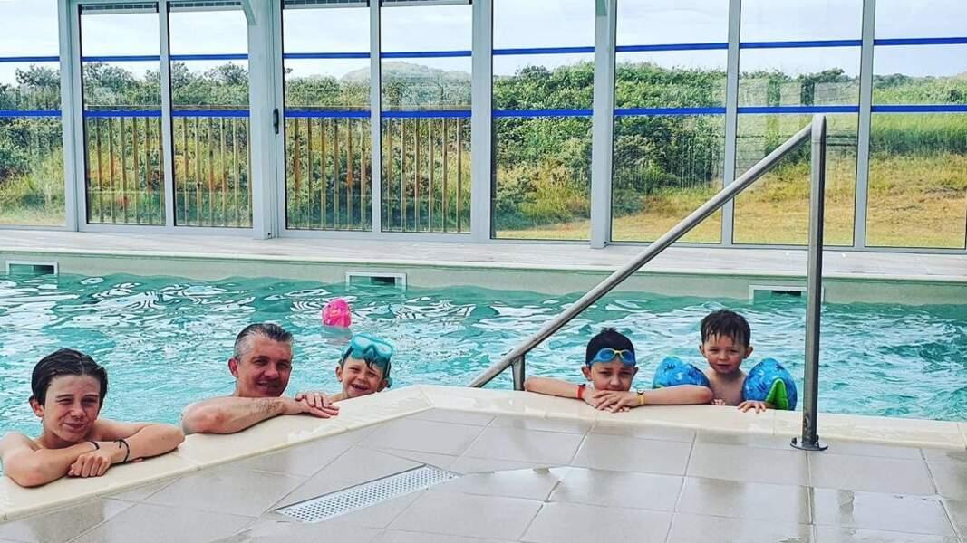 Steeve Cordule et ses quatre garçons se la coulent douce à la piscine