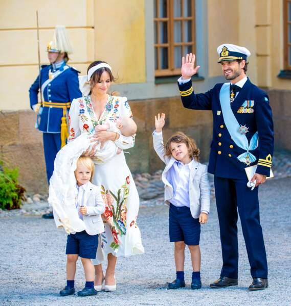 Le prince Carl Philip et son fils aîné le prince Alexandre saluent la foule, aux côtés de la princesse Sofia, du prince Gabriel et du prince Julian, à Drottningholm, le 14 août.