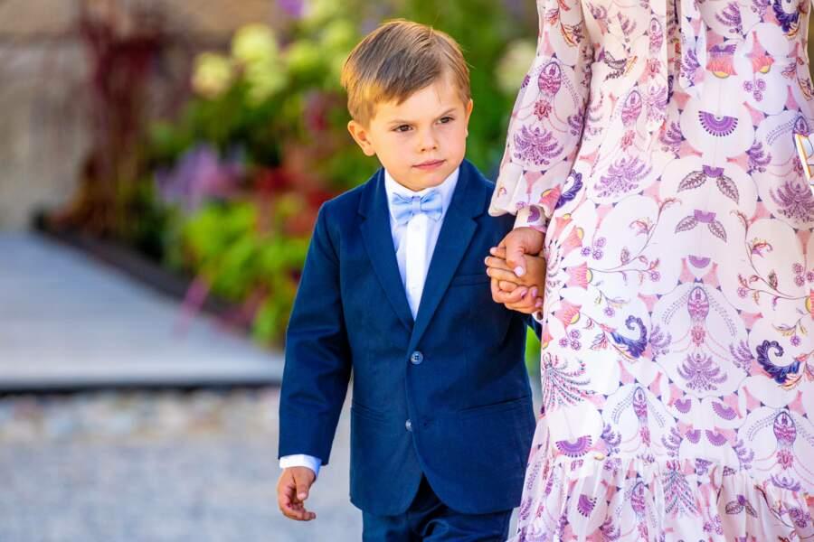 Âgé de 5 ans, le prince Oscar, qui a assisté au baptême de son cousin le prince Julian, samedi 14 août, occupe actuellement la troisième place dans l'ordre de succession au trône.