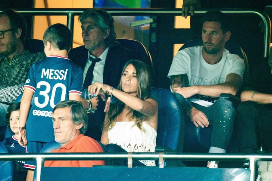 Lionel Messi et son épouse Antonella Roccuzzo au Parc des Princes le 14 août 2021