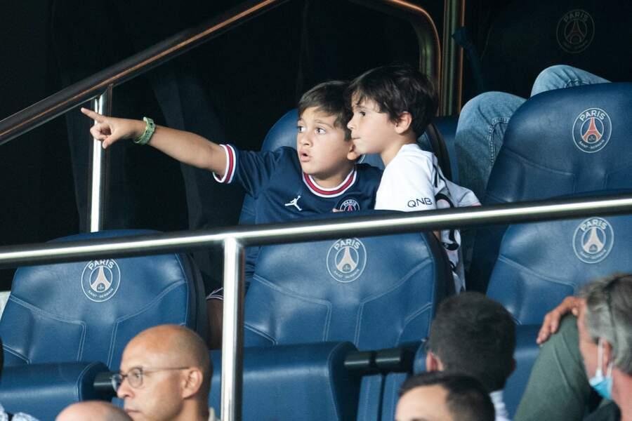 Les fils de Lionel Messi, Mateo et Tiago, admirant la présentation de leur père au Parc des Princes le 14 août 2021