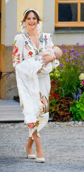 Pour le baptême de son fils, le prince Julian, samedi 14 août, la princesse Sofia était vêtue d'une sublime robe fleurie de la griffe italienne Etro, complétée par des escarpins ivoire élégants.