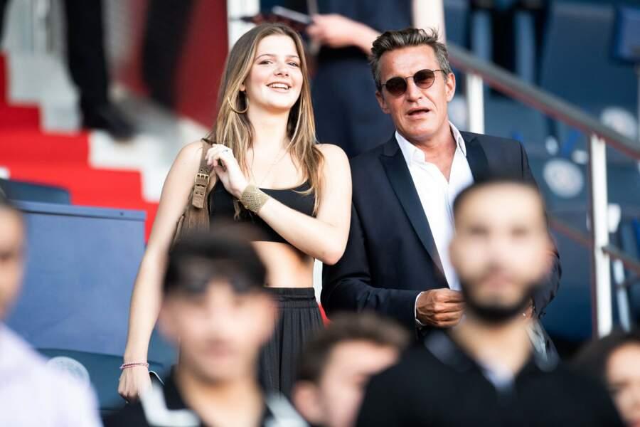 Benjamin Castaldi en compagnie de Louise, la fille de son épouse Aurore Aleman, au Parc des Princes le 14 août 2021