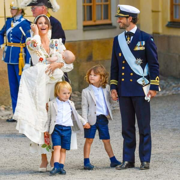 La princesse Sofia, son époux le prince Carl Philip, et leurs trois enfants, les princes Gabriel, Alexander et Julian, pour le baptême du dernier-né de la famille royale suédoise, au château de Drottningholm, samedi 14 août.