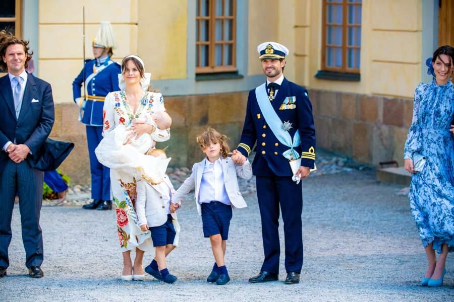 Contrairement à ses deux grands frères, le prince Julian, baptisé samedi 14 août à Drottningholm, n'est pas né Altesse royale, en raison d'une restructuration de la Maison royale en 2019, approuvée par le prince Carl Philip et la princesse Sofia.
