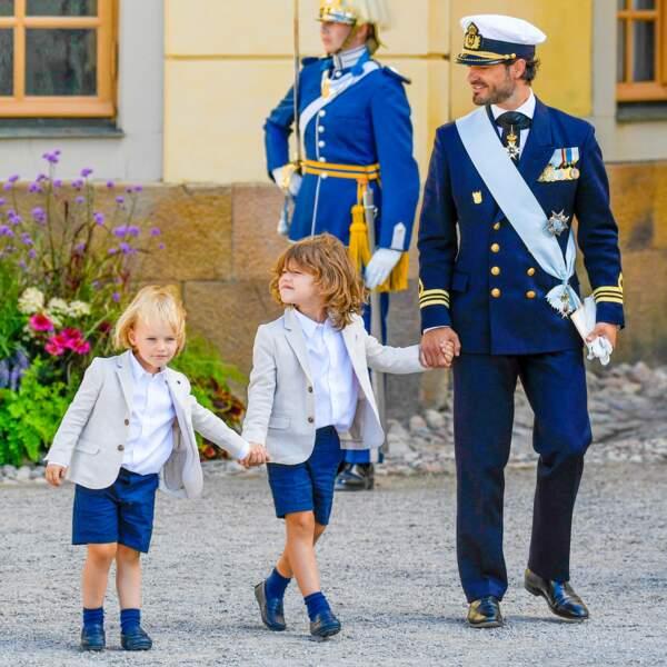 Le prince Carl Philip, troisième dans l'ordre de succession au trône de Suède, accompagné de deux de ses fils, les princes Gabriel (3 ans) et Alexander (5 ans), pour le baptême du prince Julian, cinq mois, à Drottningholm, samedi 14 août.