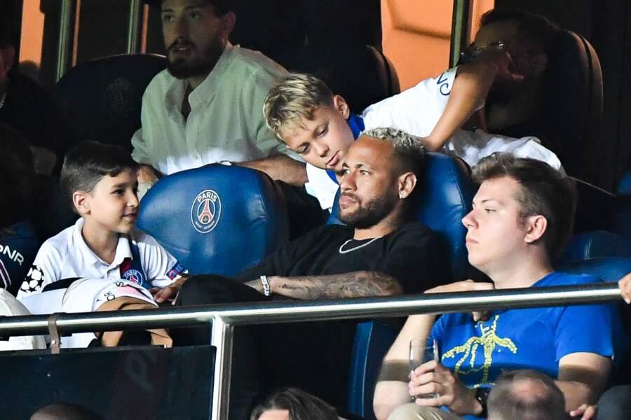 Neymar imperturbable au Parc des Princes où était présenté son ami Leo Messi ce samedi
