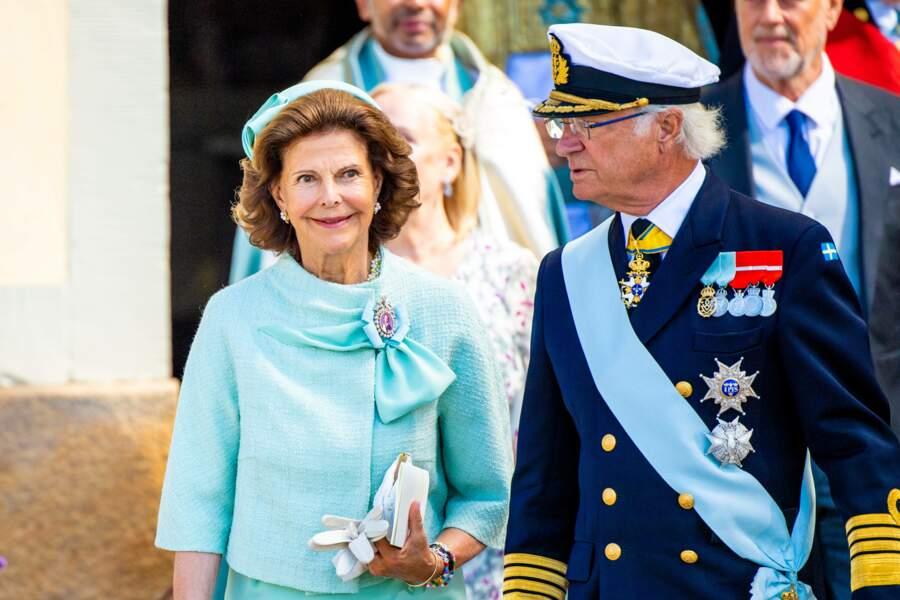 La reine Silvia et le roi Carl XVI Gustaf de Suède, au baptême du prince Julian, en 7ème position dans l'ordre de succession au trône, le samedi 14 août dans leur résidence de Drottningholm.