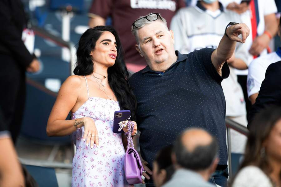 La compagne de Javier Pastore, Chiara Picone, avec Pierre Ménès au Parc des Princes le 14 août 2021