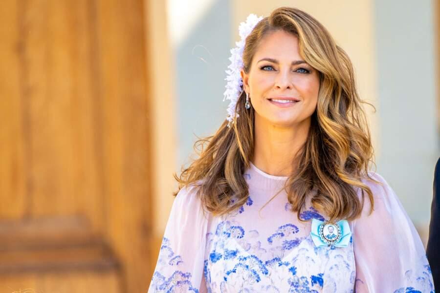 Troisième enfant de la reine Silvia et du roi Carl XVI Gustaf, la princesse Madeleine portait une robe Zimmermann pour le baptême de son neveu, le prince Julian, samedi 14 août, à Drottningholm.