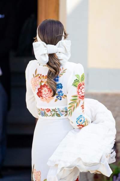 Pour le baptême de son troisième fils, le prince Julian, la princesse Sofia avait enfilé un bandeau en satin blanc, noué à l'arrière de sa tête.