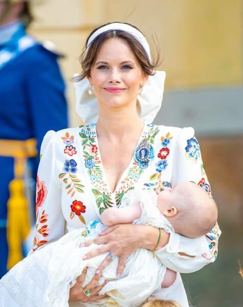 La princesse Sofia et son troisième fils, le prince Julian, baptisé samedi 14 août à Drottningholm. Conformément aux usages, le bébé âgé de cinq mois portait la robe de baptême traditionnelle de la famille royale suédoise, datée de 1906.