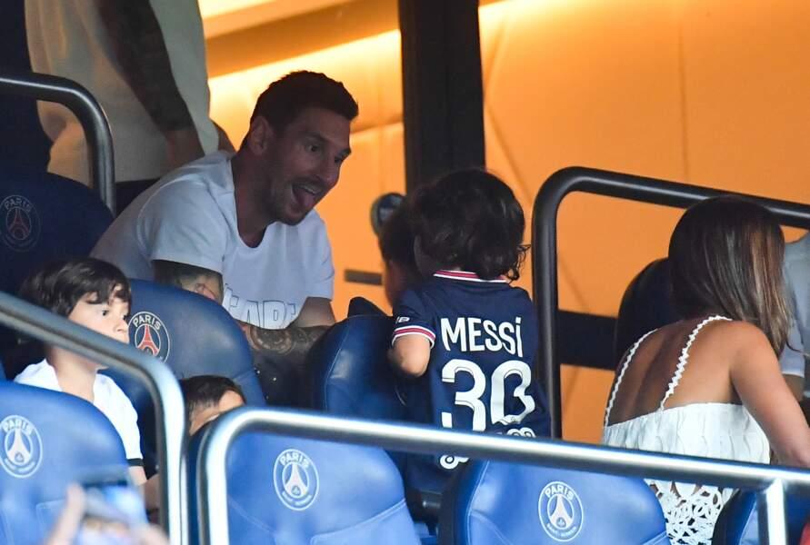 Lionel Messi s'amusant avec son fils qui porte son nouveau maillot du PSG
