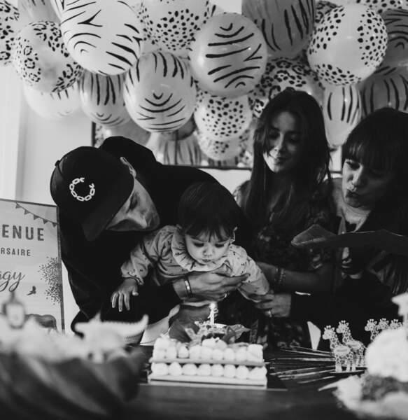 Le petite Maggy fête ses 1 an entourée de ses parents et de sa sœur