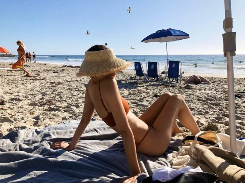 De son côté, Maia Mitchell a trouvé la solution pour passer incognito sur la plage…