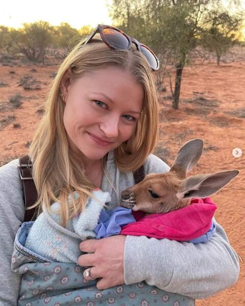Emilie De Ravin et un bébé kangourou.
