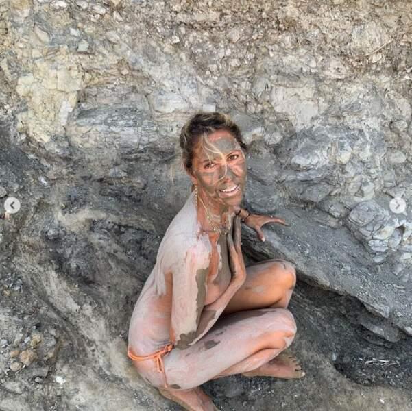 Sexy à la plage : Rachel Bourlier et son masque de boue intégral.
