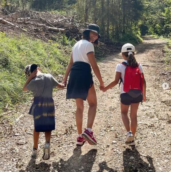 En vacances, Alessandra Sublet a fait de la rando avec ses enfants Charlie et Alphonse.