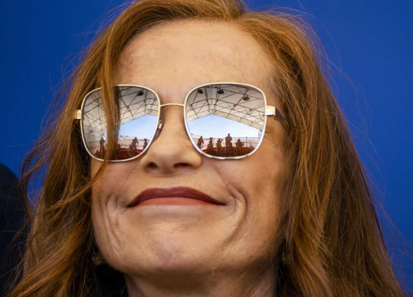 Isabelle Huppert avait mis ses lunettes de soleil pour promouvoir le film Les promesses.