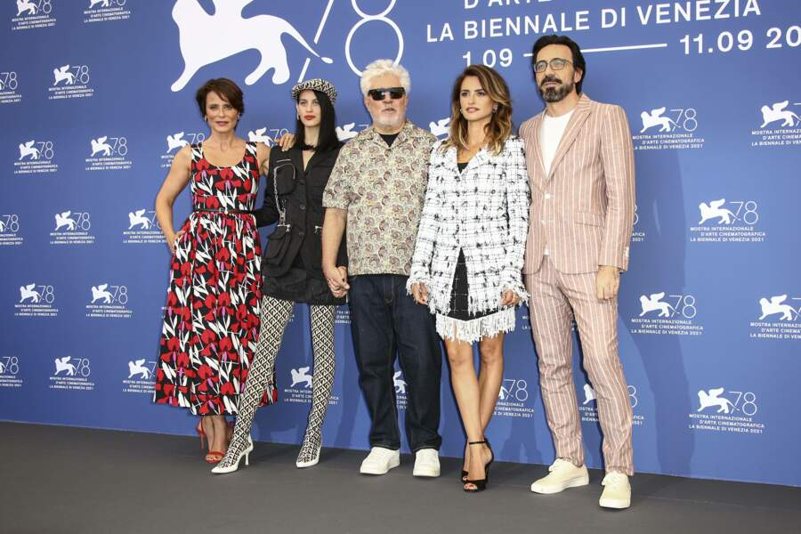 Aitana Sanchez-Gijon, Milena Smit, Pedro Almodovar, Penelope Cruz et Israel Elejalde posent ensemble.