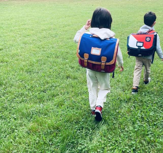 Abbie et Peter, les enfants de Faustine Bollaert et Maxime Chattam, ont eux aussi repris le chemin de l'école