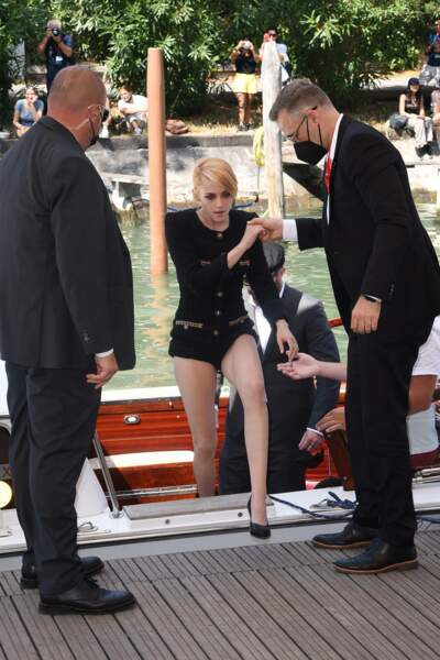 Kristen Stewart, en Chanel, se dirige vers les photographes