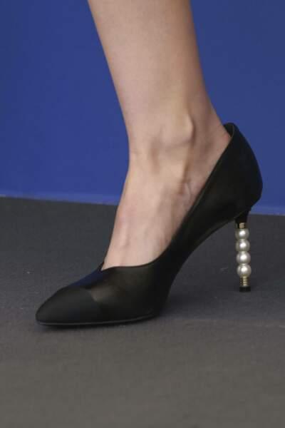 Les escarpins de Kristen Stewart sont en bi-matières avec des perles sur le talon