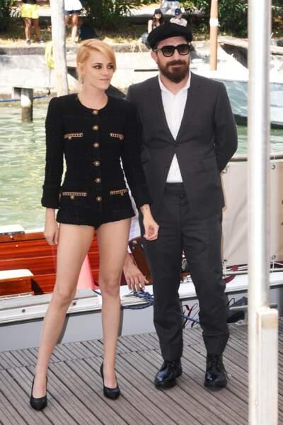 Kristen Stewart pose avec Pablo Larraín, le réalisateur du film Spencer