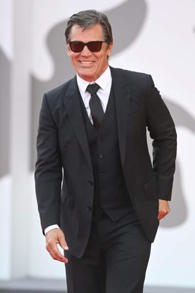 Josh Brolin en costume cravate pour la projection du film dans laquelle il tient un rôle