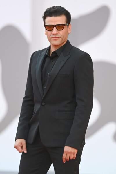 Oscar Isaac porte lui aussi des lunettes jaunes sur le tapis rouge