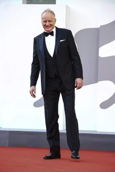 Stellan Skarsgård affiche un large sourir sur le tapis rouge