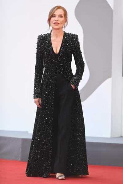 L'actrice française Isabelle Huppert tout de noir vêtue pour cette avant-première à la Mostra de Venise