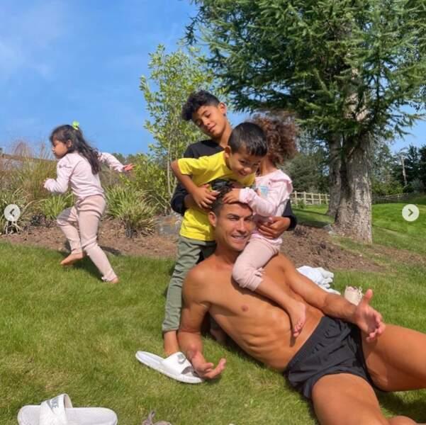 La grande tribu de Cristiano Ronaldo, papa de 4 enfants.