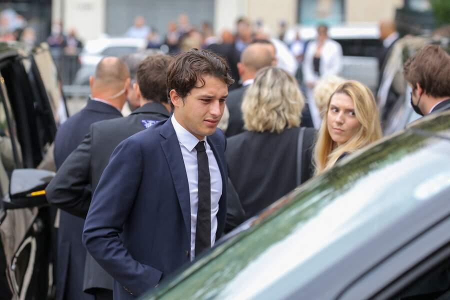 Giaccomo Belmondo arrive aux obsèques de son grand-père.