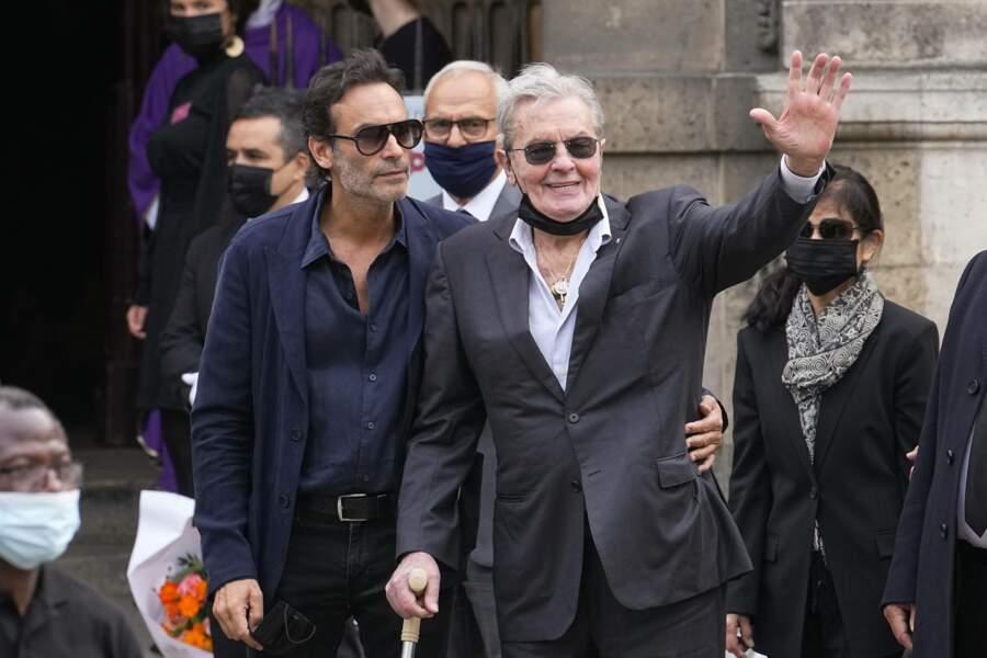 Alain Delon, accompagné par son fils Anthony, salue la foule venue rendre un dernier hommage à Jean-Paul Belmondo.