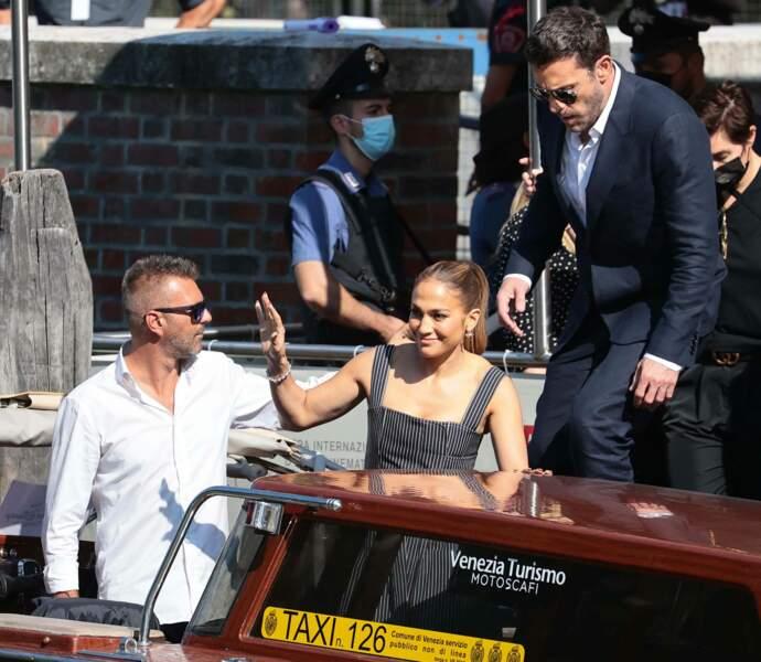 J Lo a salué le public dès sa descente du bateau.
