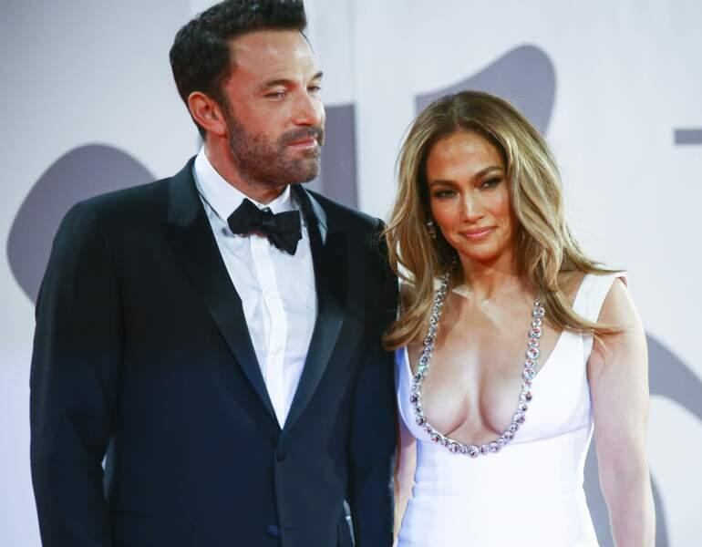 ... elle d'une somptueuse robe blanche extrêmement décolletée.