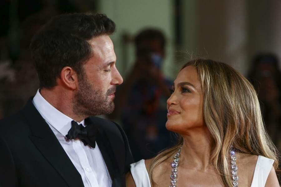 Tout sourire, Jennifer Lopez lui coule sans cesse des regards langoureux.
