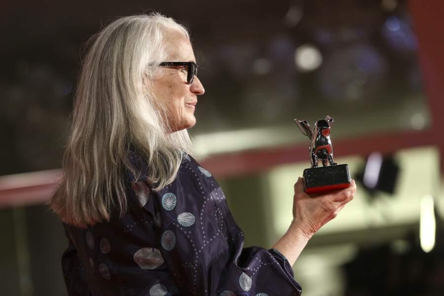 Jane Campion tient fièrement son Lion d'argent