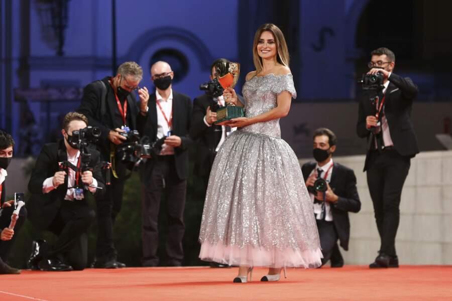 Pour l'occasion elle portait une magnifique robe argentée