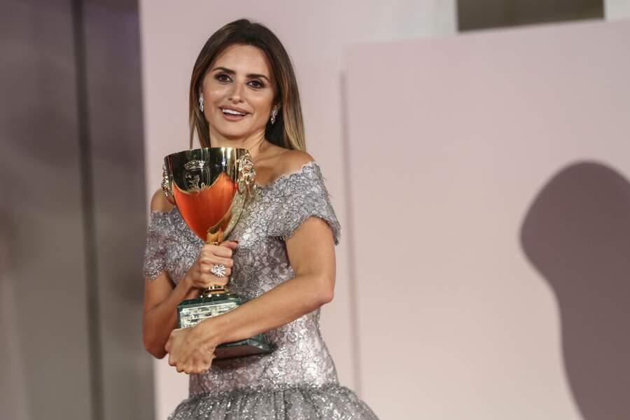 Penélope Cruz a reçu la coupe Volpi de la meilleure actrice pour son rôle dans Madres Paralelas