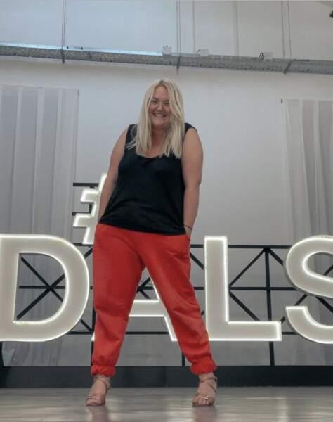 La youtubeuse, comédienne et chanteuse Lola Dubini pose avec ses nouveaux talons