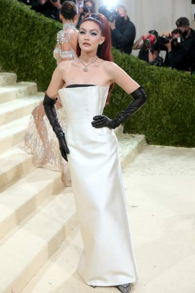 La jeune maman Gigi Hadid en blanc ivoire.