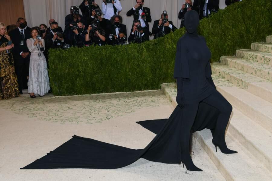 Autre look 2 en 1 qui nettoyait le sol : celui de Kim Kardashian, incognito.