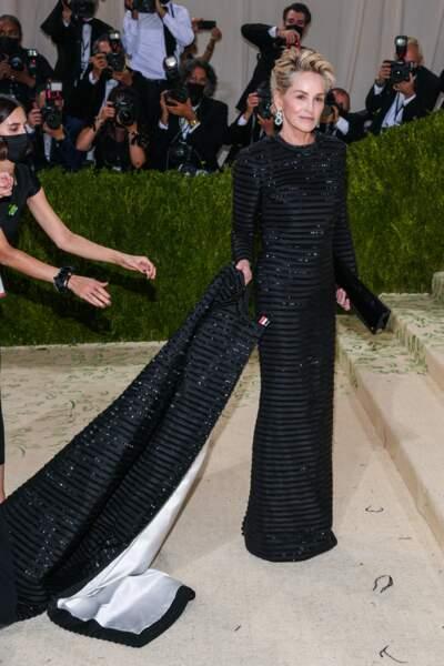 Sur les marches du Metropolitan Museum of Art, on a aussi vu Sharon Stone et sa longue traîne.