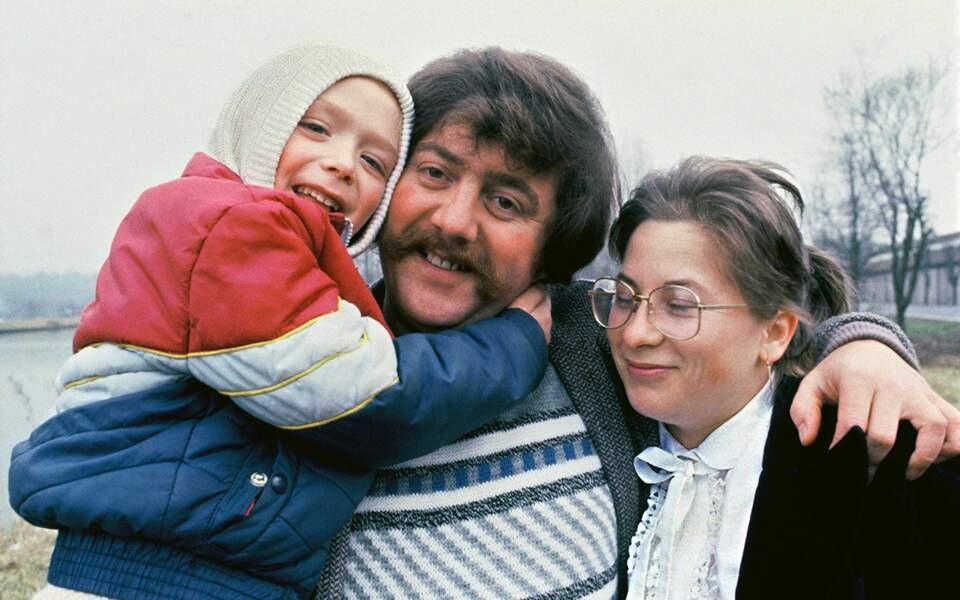 Marie-Ange et Bernard Laroche avec leur petit garçon face aux caméras de télévision.