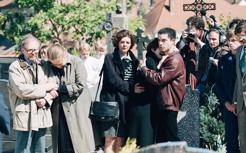 La famille et les parents de Grégory Villemin à l'enterrement du petit garçon.