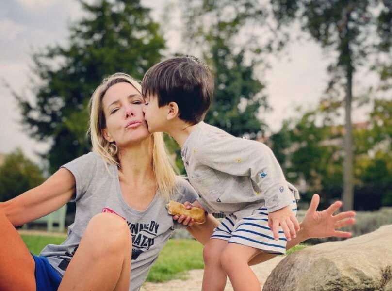 Aussi mignon que Timothée, en plein bisou à sa maman Sidonie Bonnec.