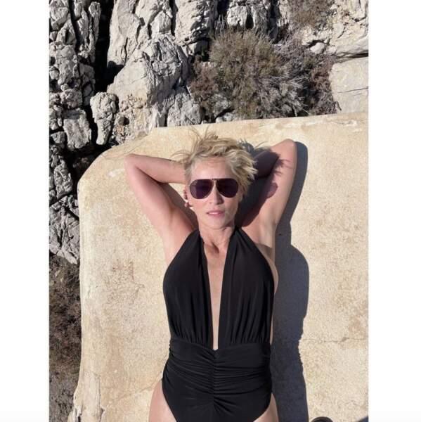Photo en maillot de bain pour Sharon Stone, en pleine bronzette.